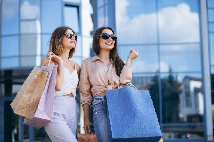 Imagens de clientes ocultos indo às compras.